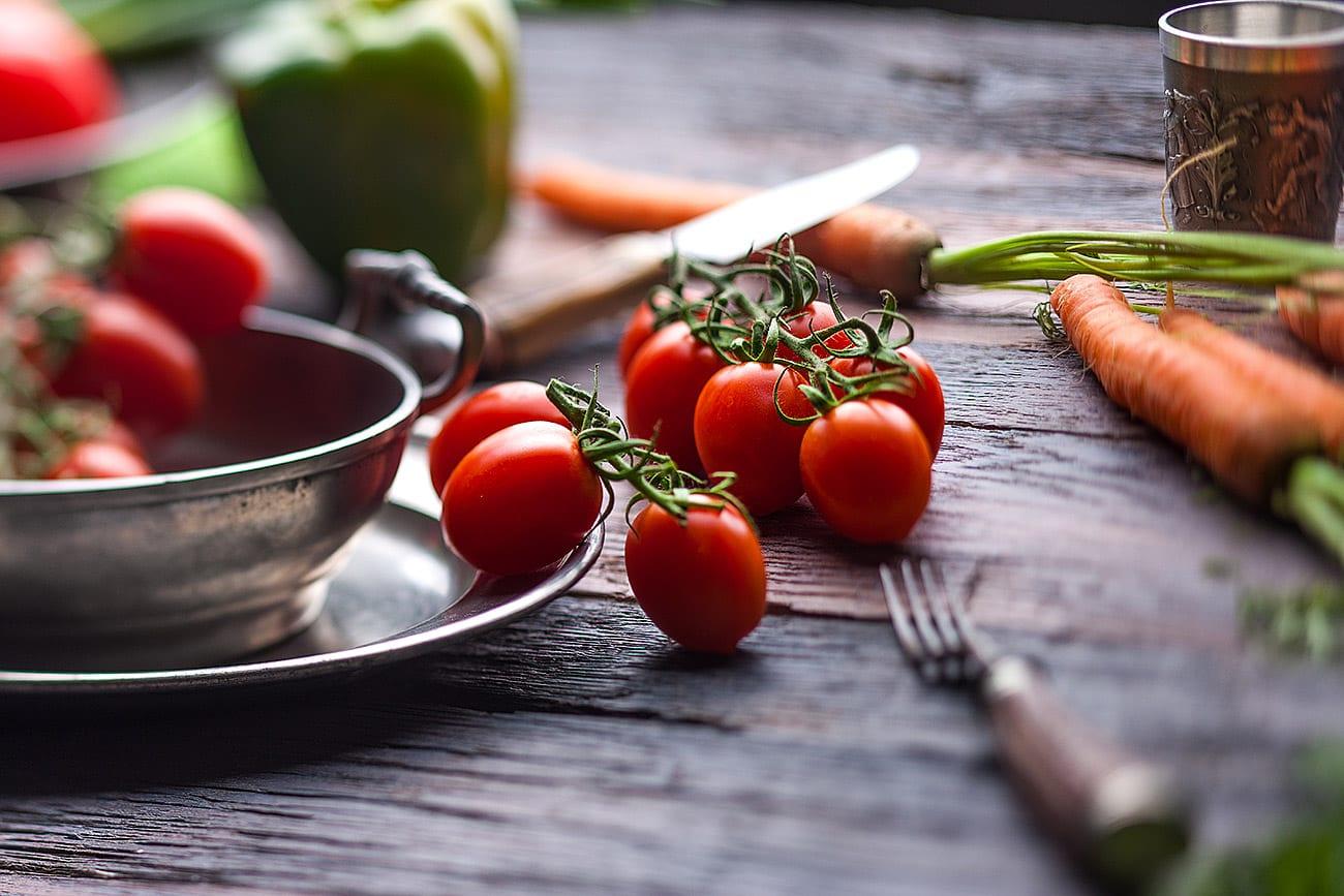 foodfotografie Lebensmittel Fotografie Tomaten auf rüstigen Tisch